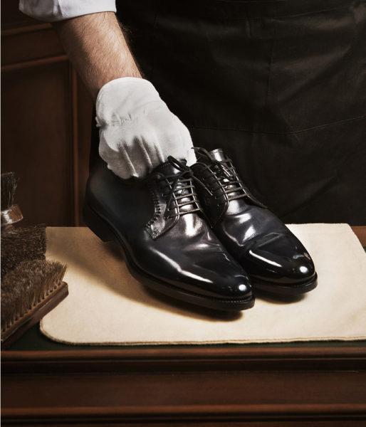 Дезинфекция обуви в перчатках