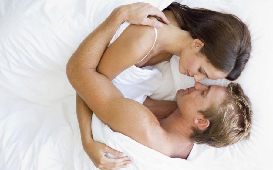 Парень с девушкой в кровати