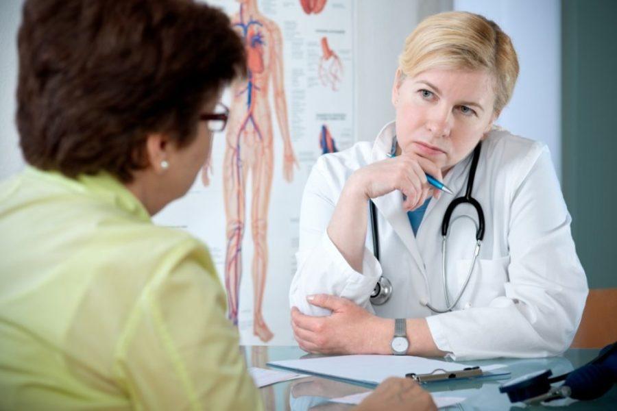 Женщина консультируется с врачом