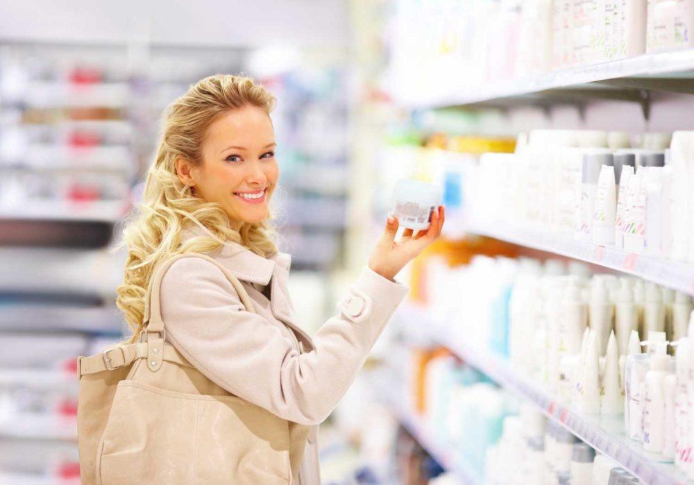 Девушка покупает лекарство