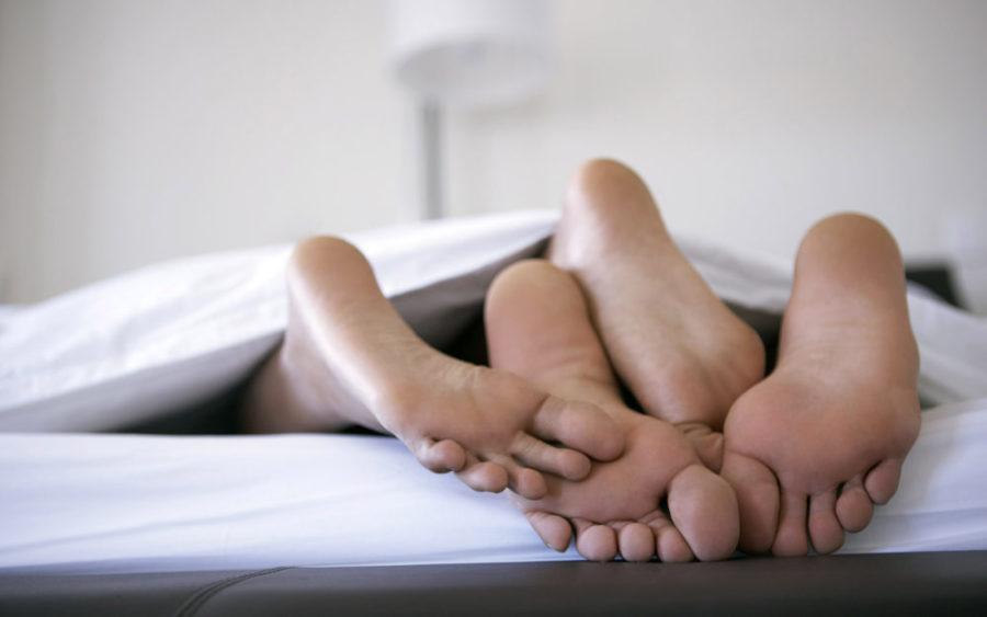 Ноги выглядывают из-под одеяла