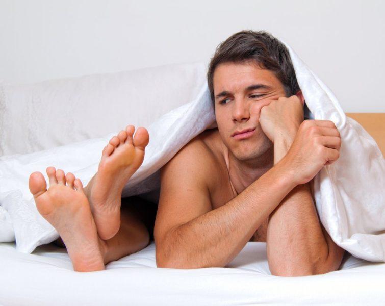 Грустный парень в постели