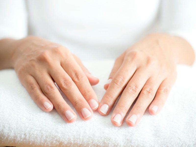 Руки на полотенце