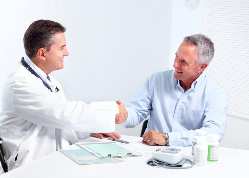 Пациент благодарит врача