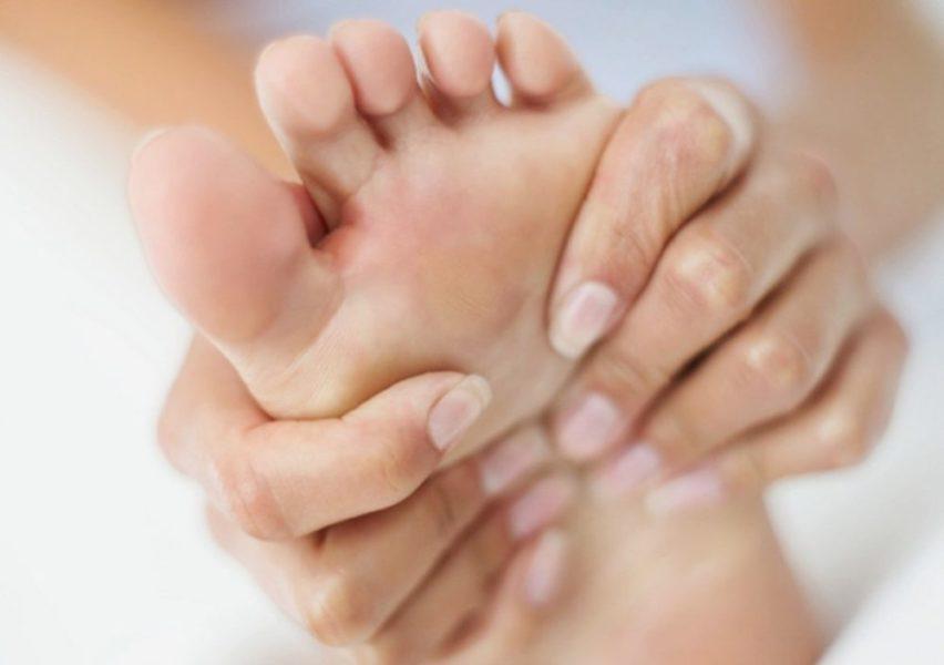 Нанесение мази на пораженную кожу