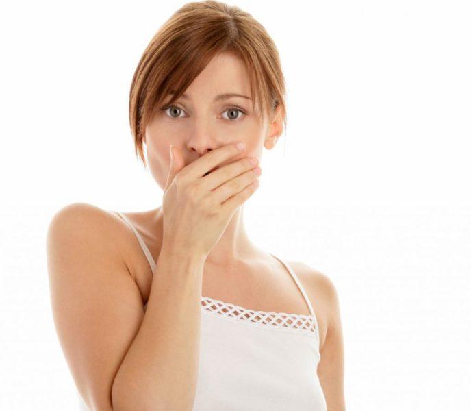 Девушка прикрывает рот