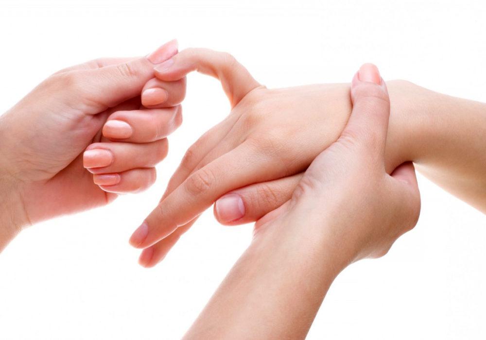 Держат руку