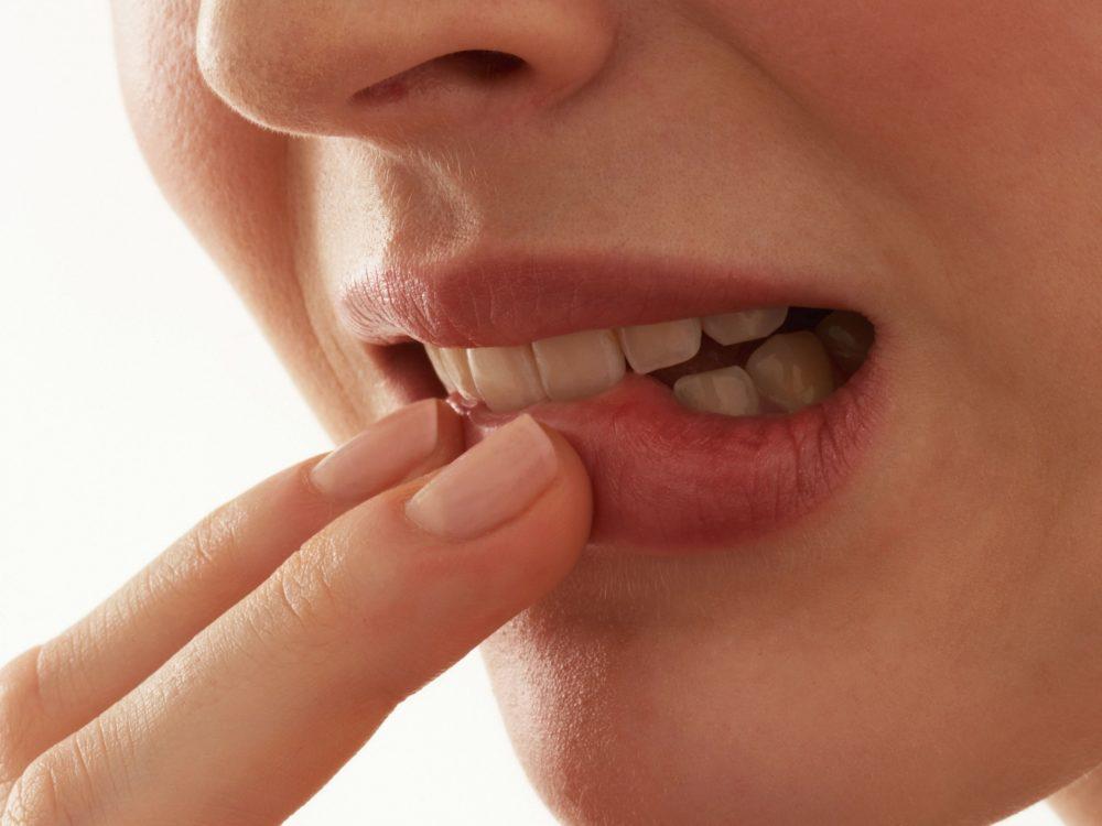 Девушка прижала губу пальцами