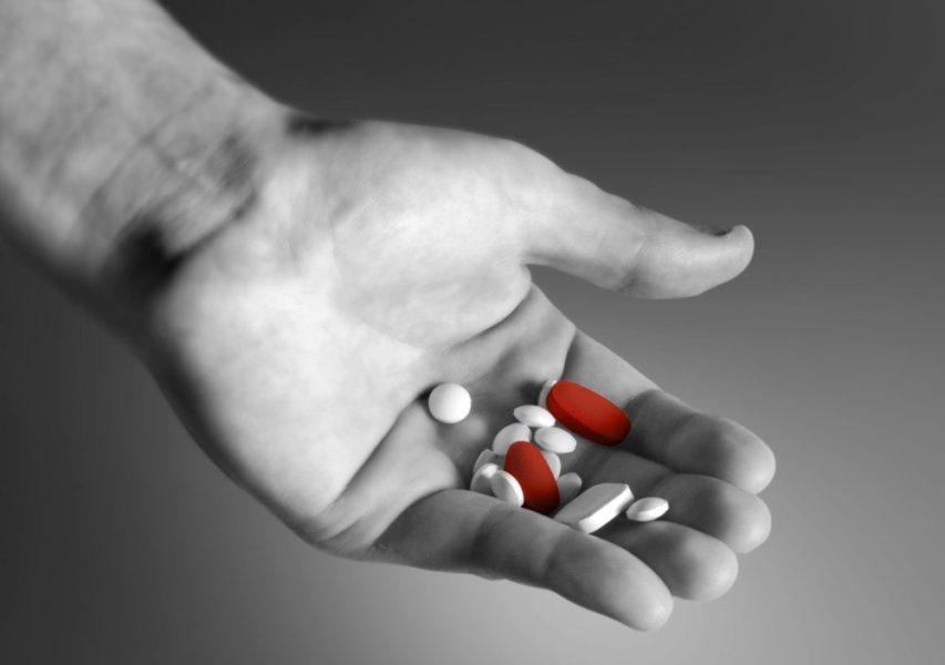 Много таблеток в руке